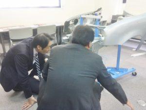 模型から実際の車体のカットモデルを比較しながら査定力を磨いていく研修